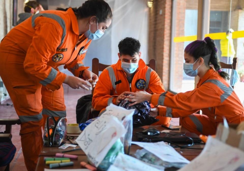 El trabajo de los voluntarios en un centro de aislamiento de San Fernando