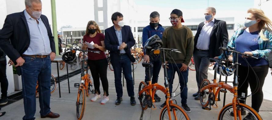 El ministro de Desarrollo Social entregó 1.000 bicicletas a estudiantes en la Universidad de Hurlingham