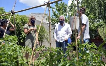 """La huerta agroecológica """"Argentina Construye"""" del barrio Las Tunas recibió al intendente Julio Zamora"""