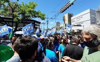 Los trabajadores del Parque de la Costa realizaron una marcha frente a los rumores de cierre