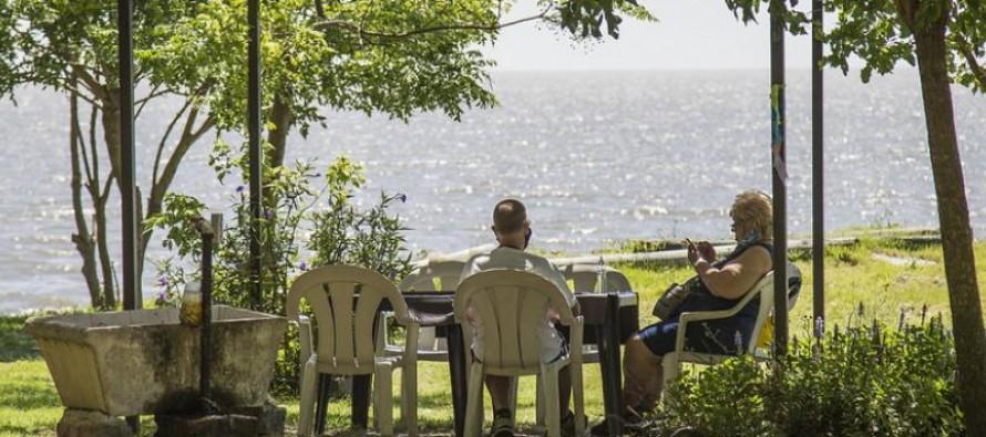 Adultos mayores disfrutan de Puerto Libre, el polideportivo a orillas del río